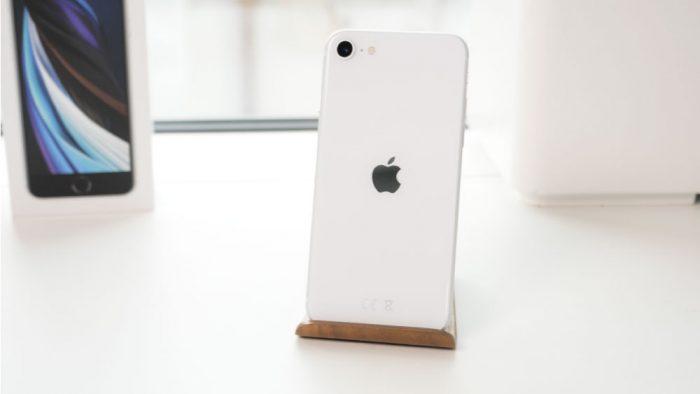 معایب گوشی ایفون se 2020 : طراحی قدیمی